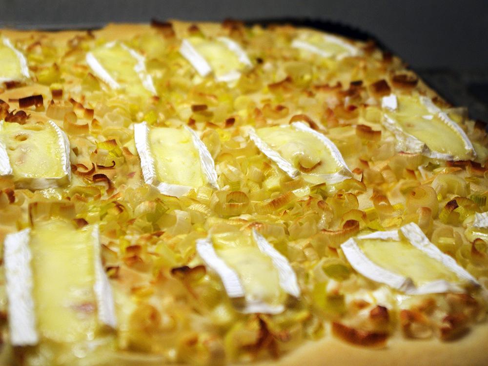 Coca de porros amb formatge brie